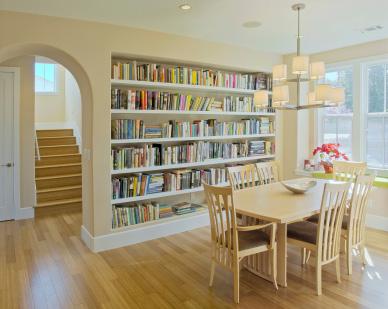 Inbyggd bokhylla i trendig hemmiljö
