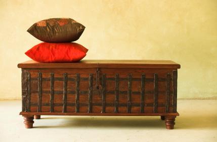 Mörkt trä och hinduiska motiv är typiskt för indiska möbler