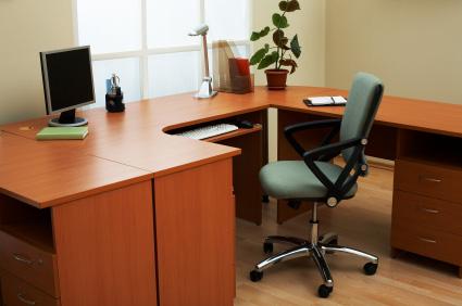 Skrivbord med plats för dator och övrigt kontorsarbete