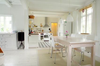 Vitt matbord i dansk inredningsstil